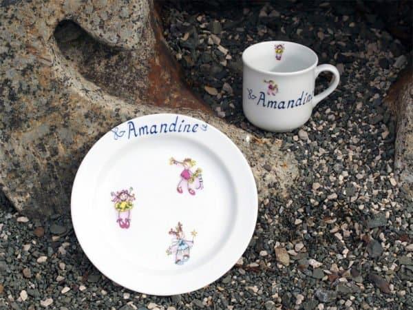 Kindergeschirr Porzellan Becher Kid 230 ml und Teller 19 cm mit drei fröhliche Mädchen